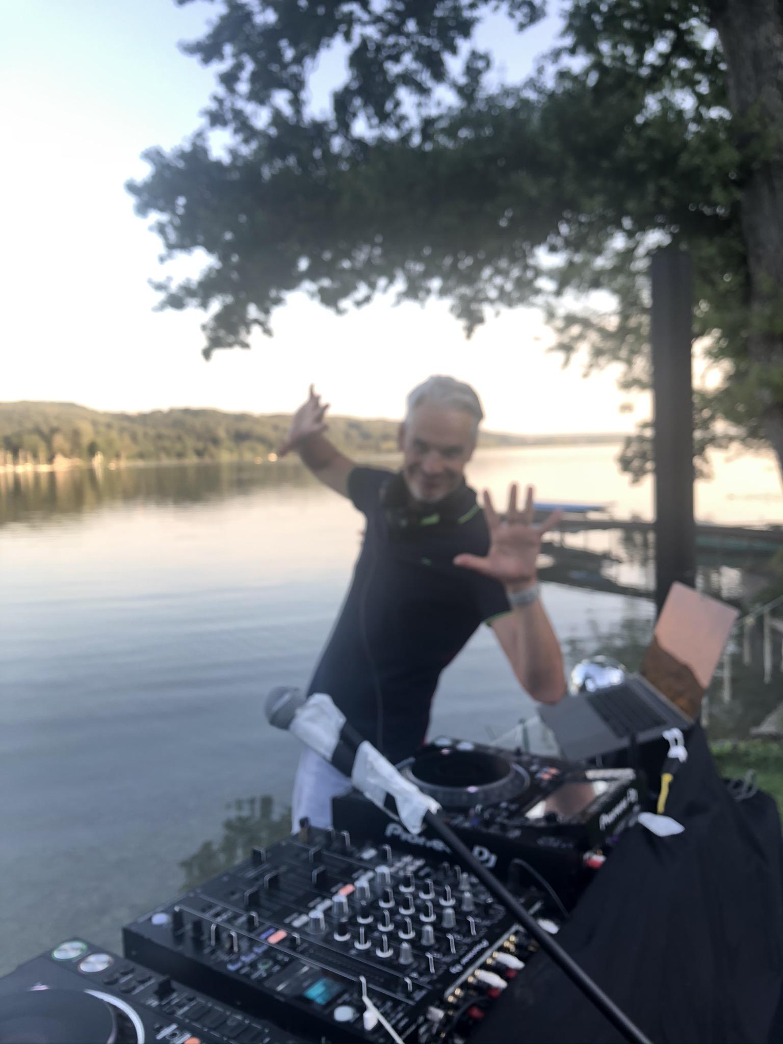 FRIDAY'SGROOVE on Tour - Clubbing am See / auf Facebook zum Nachfeiern...